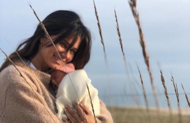 As primeiras imagens da filha de Cláudia Vieira na praia
