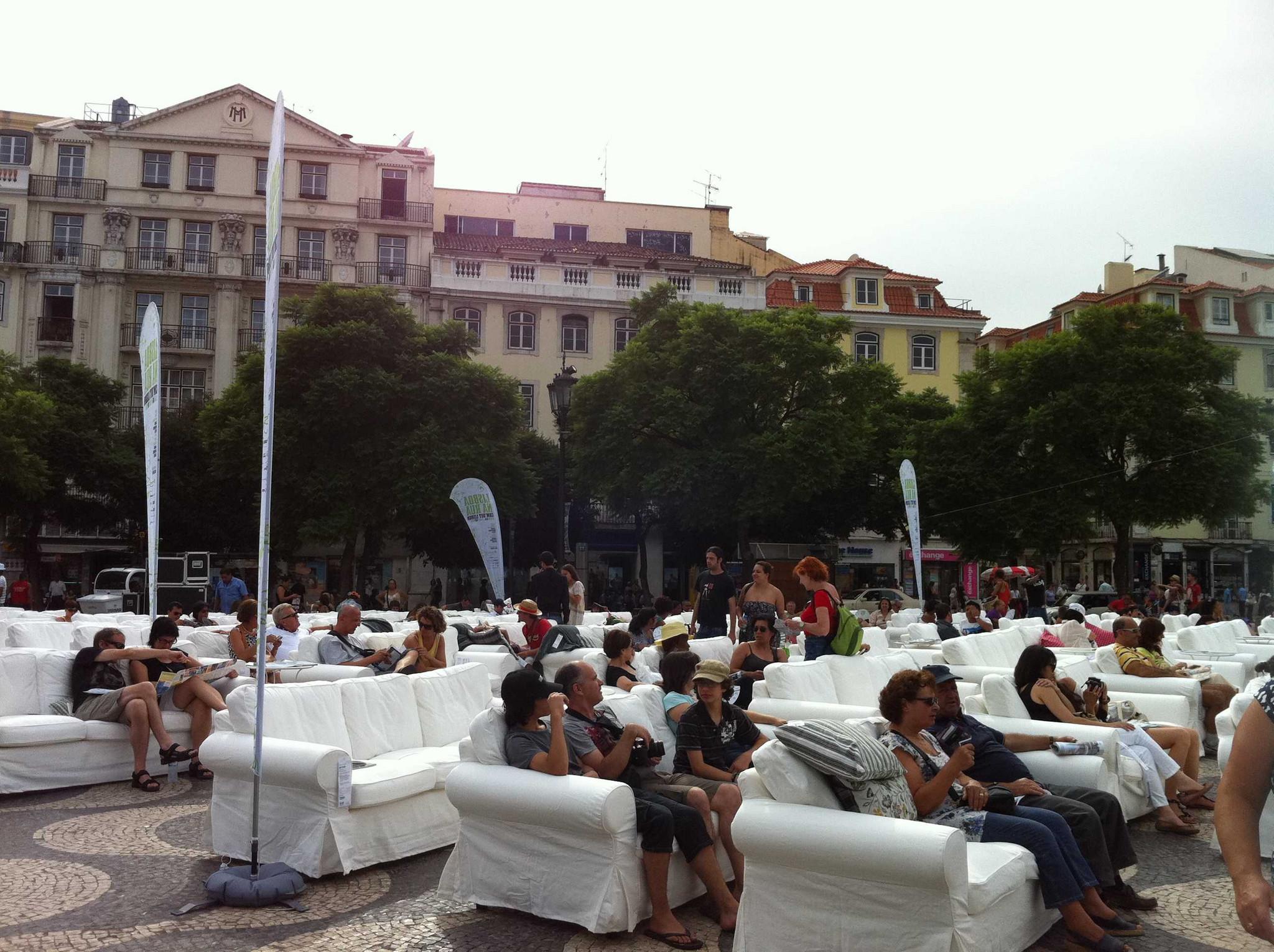 Sofás Ikea na Praça do Rossio, em Lisboa