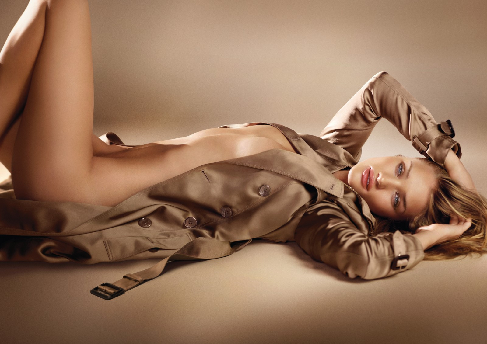 burberry_body_fragrance_campaign_featuring_rosie_huntington-whiteley.jpg