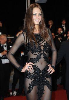 Candice Boucher mostra (quase) tudo em Cannes