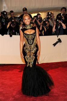 Beyonce em vestido tão extravagante de tal forma que nem as escadas conseguia subir!