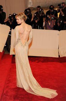 Renee Zellweger  brillha na gala do Met mostrando costas bem musculadas