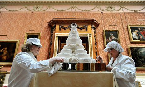 William e Kate cortaram bolo imponente
