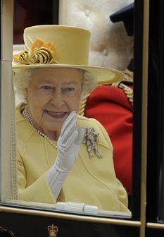 Casamento real: Rainha Isabel II ilumina a cerimónia com um conjunto amarelo