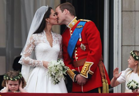 Kate e William não dão um... mas dois beijos! (com vídeo)