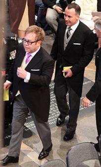 Elton John e o marido marcam presença no casamento de William