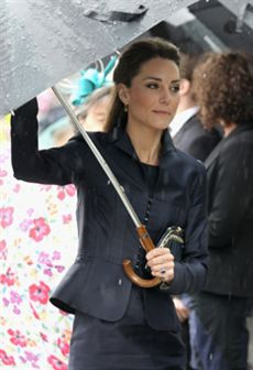 Kate Middleton: mais magra e com fato azul na sua última aparição antes do casamento