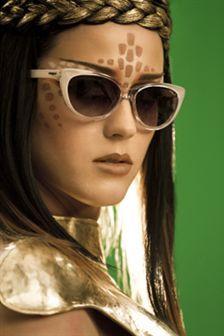Katy Perry com óculos Vogue no vídeo 'ET'