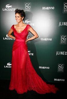 Halle Berry deslumbra em vestido Elie Saab