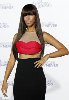 Leona Lewis usa vestido original em forma de lábios