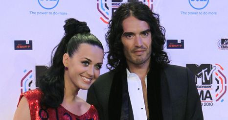 Katy Perry e Russell Brand exibem alianças nos prémios MTV