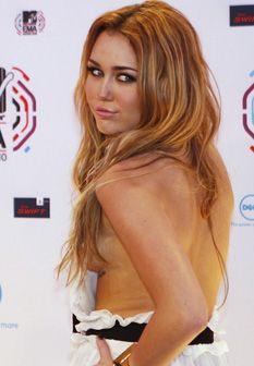 Miley Cyrus mostra tatuagem junto dos seios