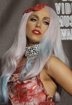 Lady Gaga sobe ao palco dos VMA com um vestido de... carne! Veja as fotos!