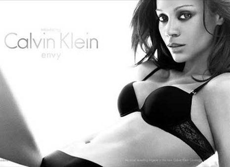 Uau! Zoe Saldana em roupa interior Calvin Klein! (com vídeo)