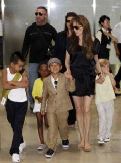 Angelina Jolie surge em público com os filhos