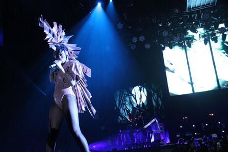 RIHANNA escolhe roupa decorada com cristais Swarovski