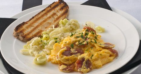 Ovos com chouriço e alho francês