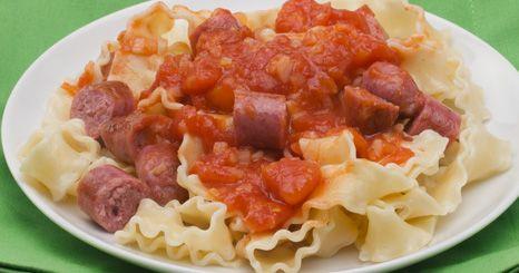 Salsichas grelhadas com talharim