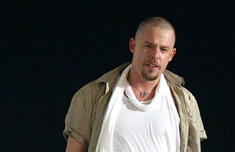 Alexander McQueen: relatório confirma que estilista se enforcou