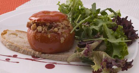 Tomate recheado com carne e queijo