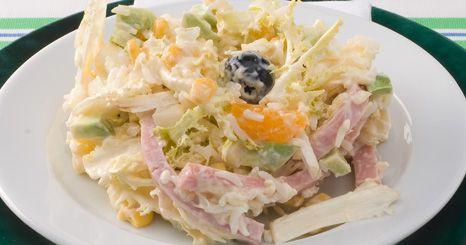 Salada de arroz, fiambre e frutos