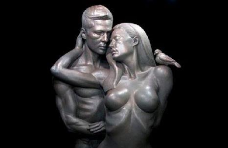 Brad Pitt e Angelina Jolie nus e abraçados