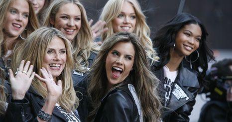 Manequins da Victoria's Secret celebram regresso a Nova Iorque