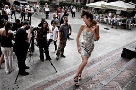 Top model Olga Kurylenko super sexy no Calendário Campari 2010