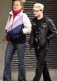 Daniel Radcliffe namora com actriz mais velha