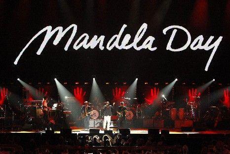 Vídeo: Carla Bruni canta em homenagem a Nelson Mandela