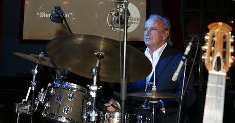 Francisco Pinto Balsemão exibe talento na bateria