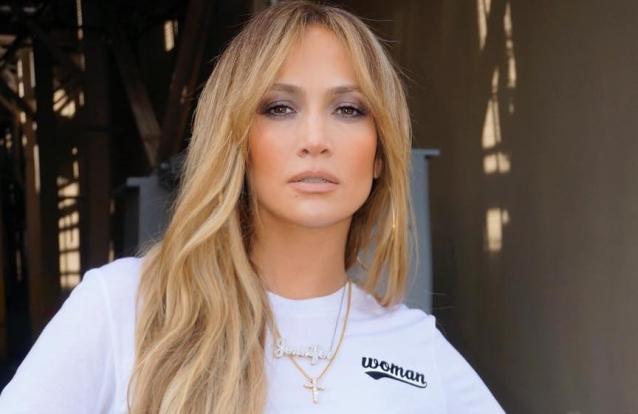 Jennifer Lopez muda de visual e prova estar melhor que nunca