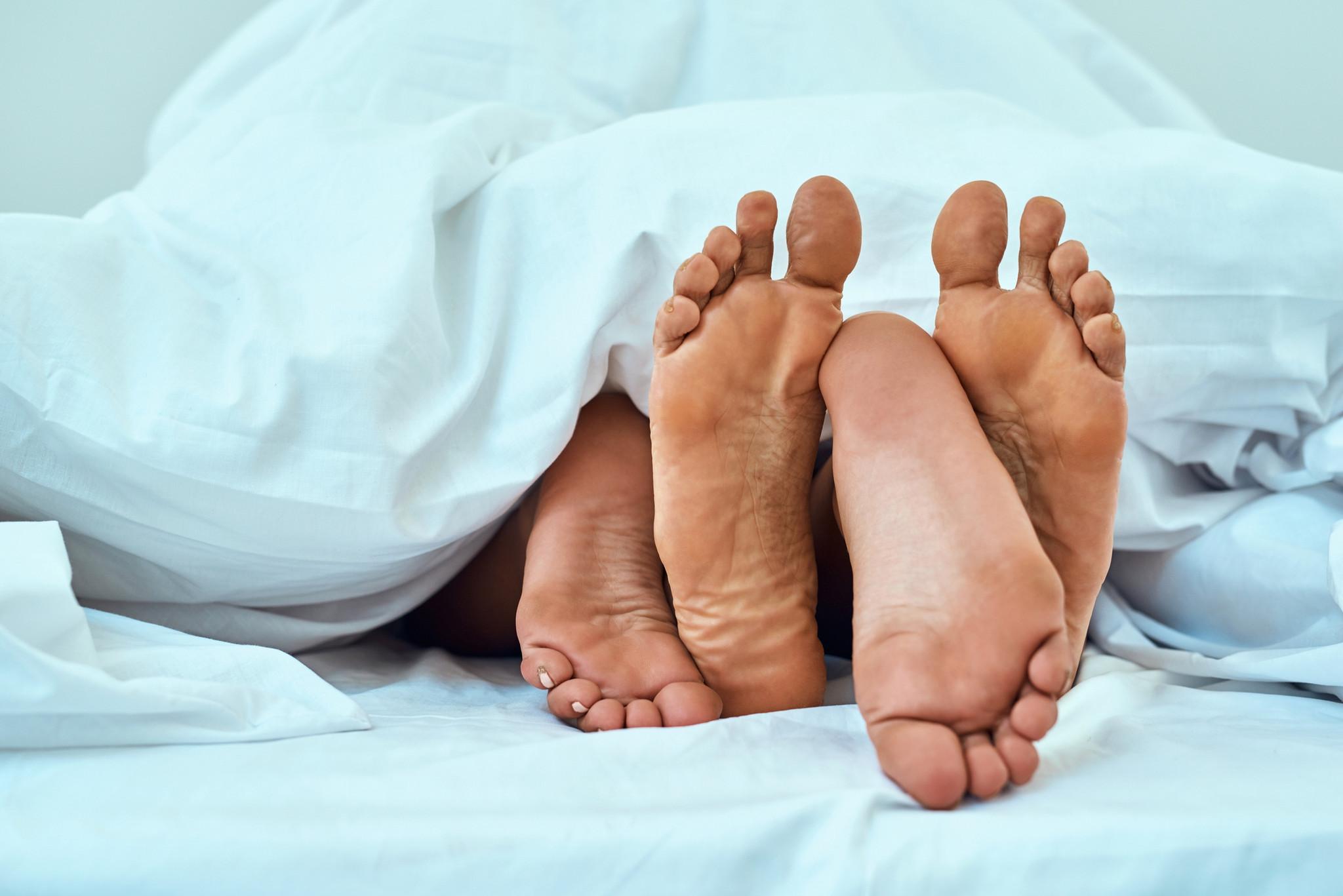 sex feet bed foot pes camav casal.jpg