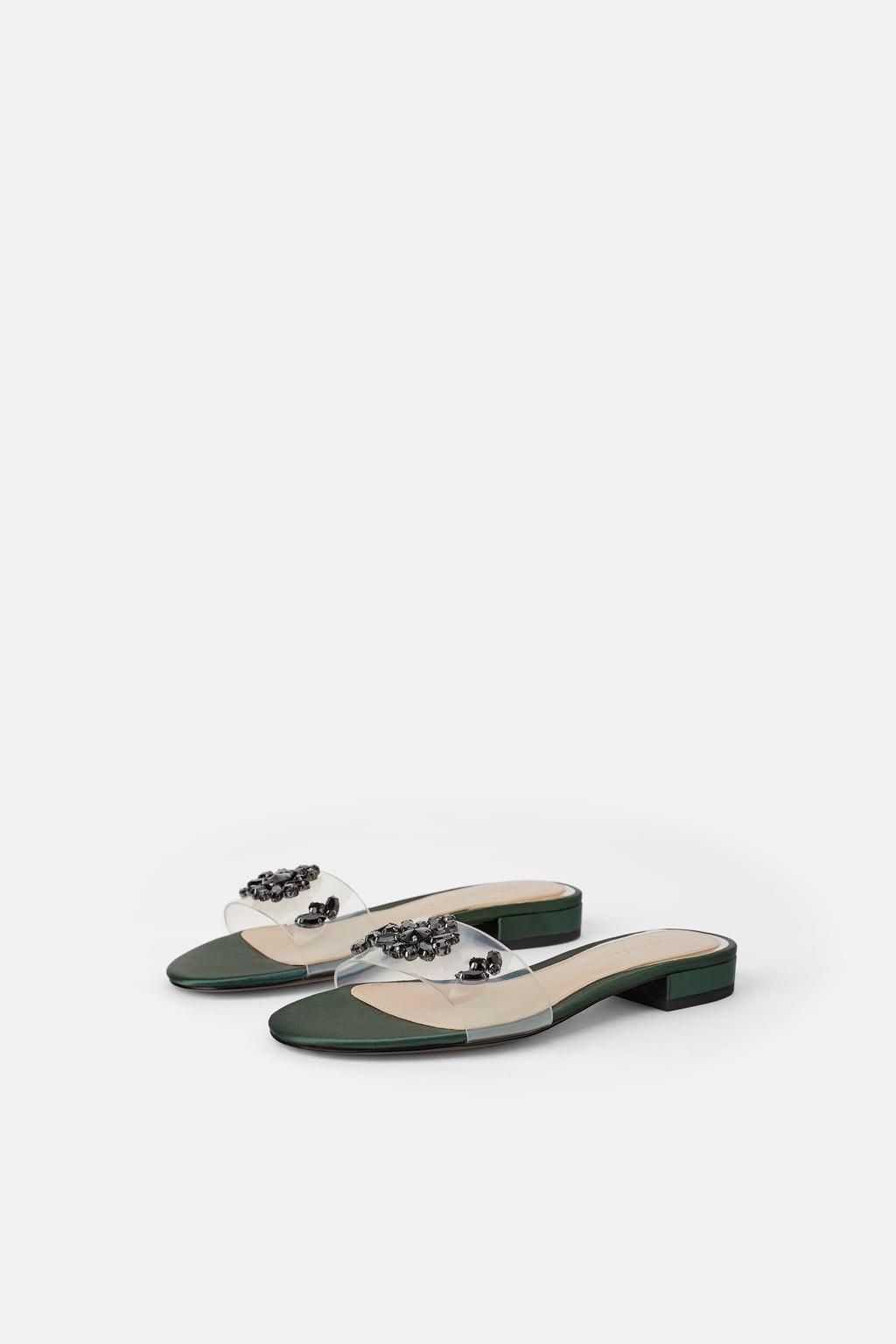 Sandália rasa de vinil com joia (22,99 euros, antes 29,95) Zara.jpg