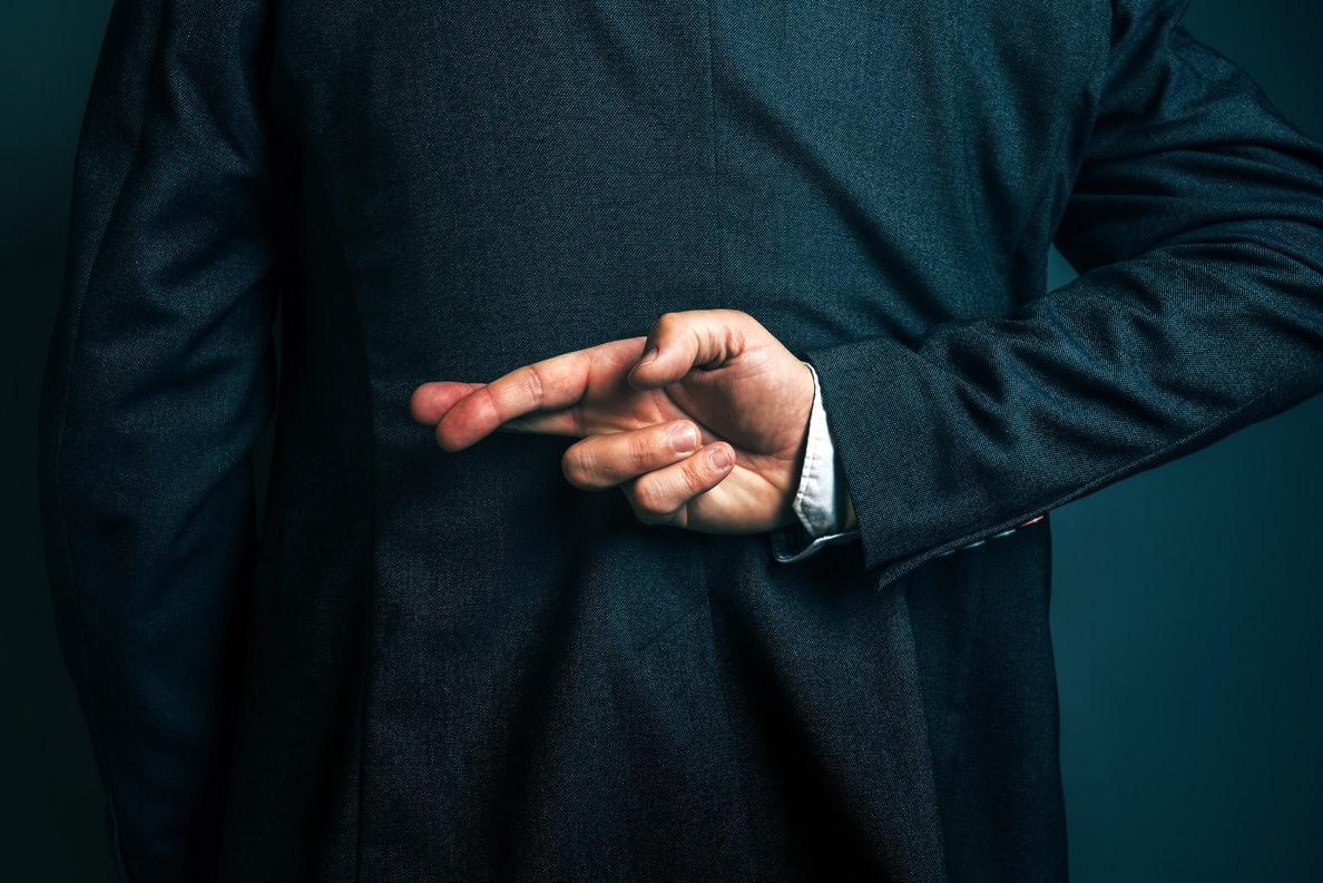 homem liar mentiroso mentira dedos mão costas fato.jpg