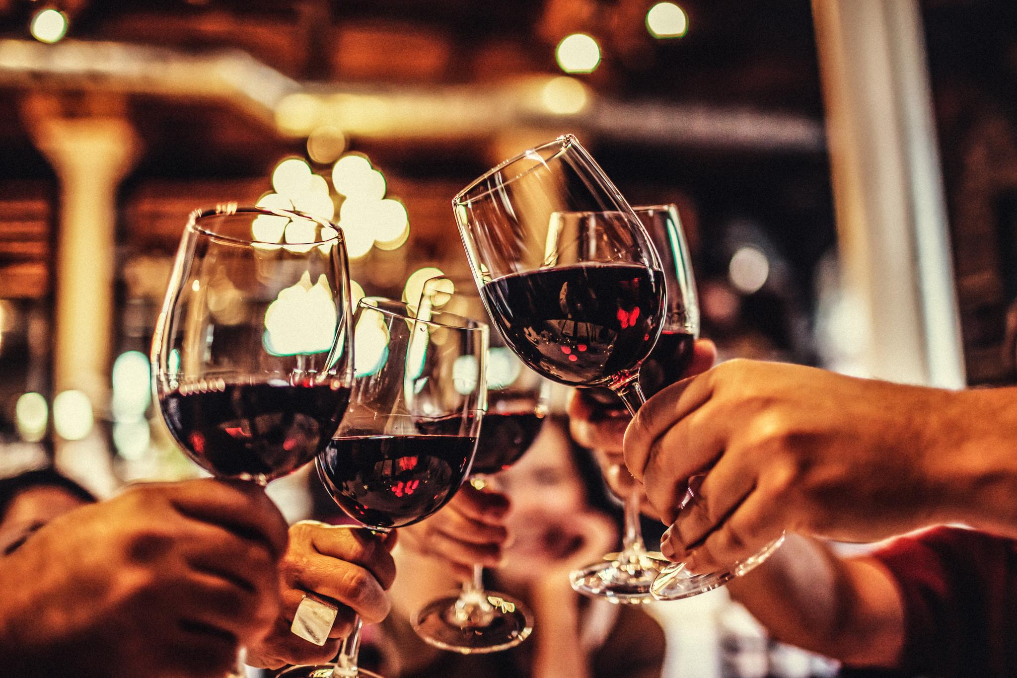 cheers brinde copos vinho wine friends toast.jpg