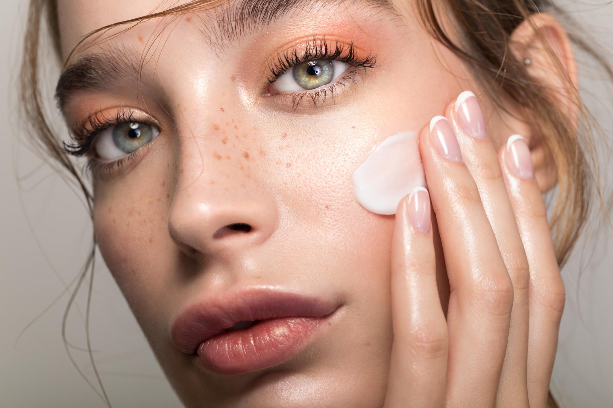 girl woman mulher eyes olhos creme rosto cara face skin cream.jpg