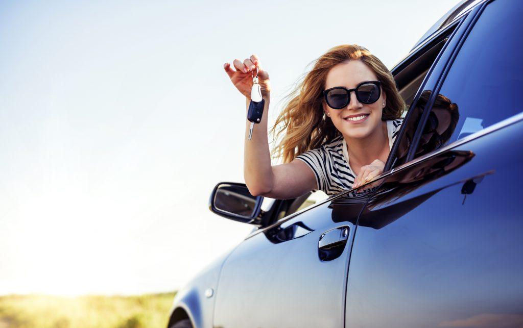 Mulher automóvel novo