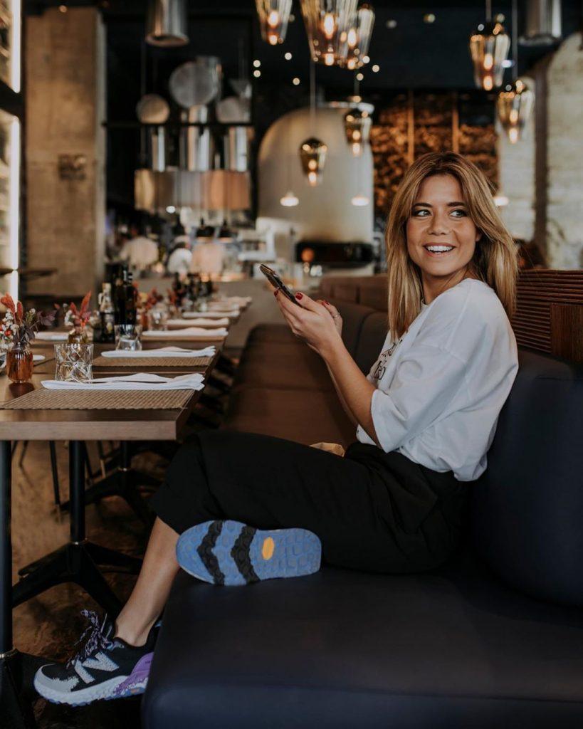 Isabel Silva à mesa, com roupa desportiva.