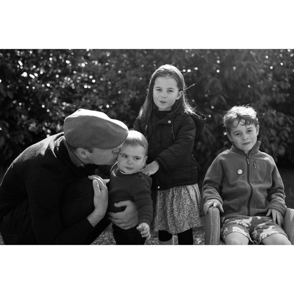 William, Louis, Charlotte e George posam para a câmara de Kate.