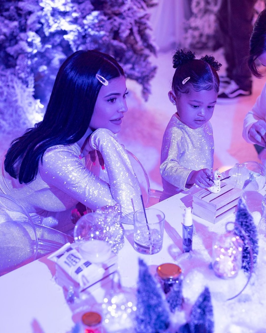 Kylie Jenner e Stormi na festa de segundo aniversário da bebé.