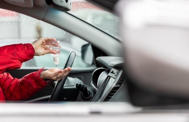É por isto que deve (mesmo) evitar deixar álcool gel no carro