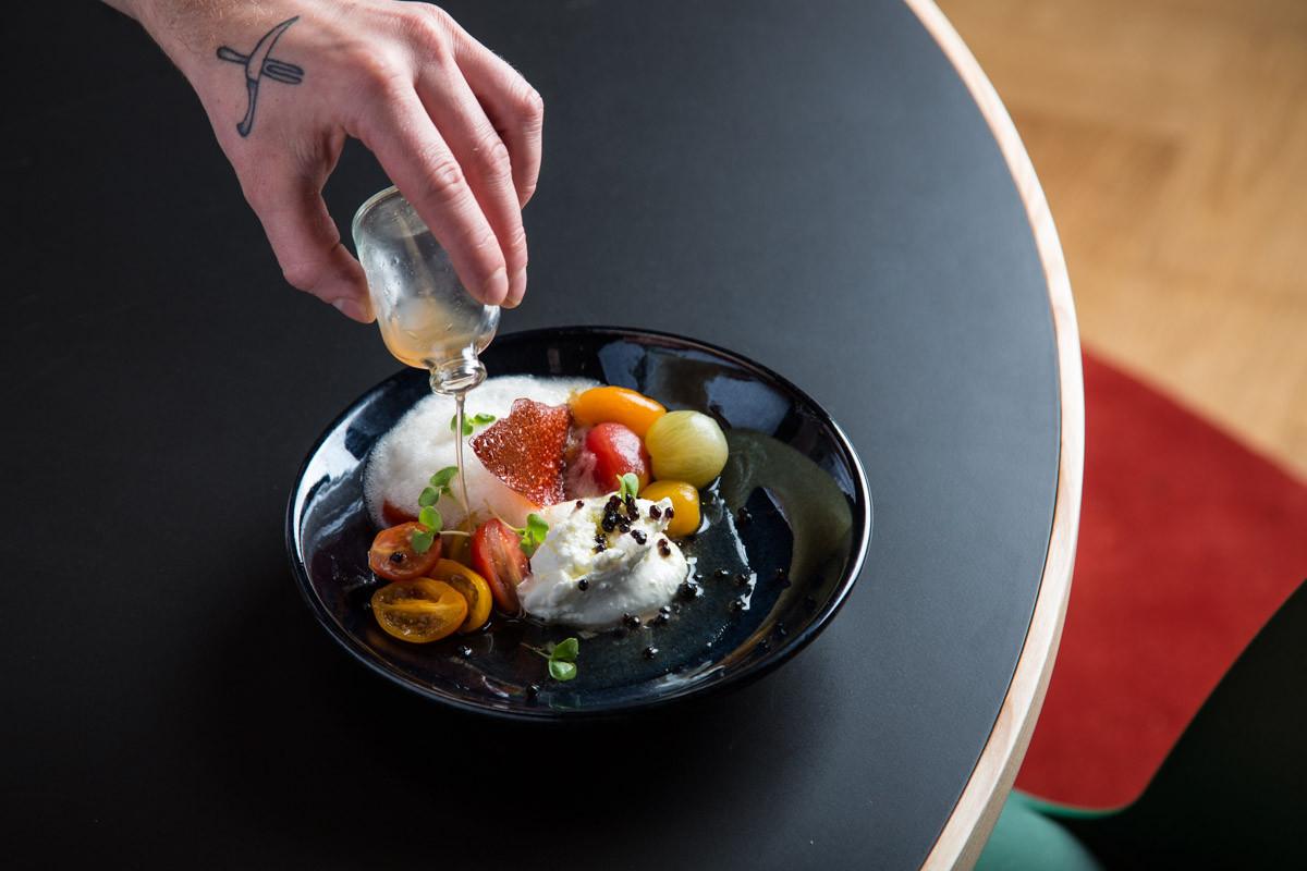 Tomate Bio com Burrata (Tomate Biológico em Texturas, Burrata, Manjericão e Caviar Balsâmico.jpg