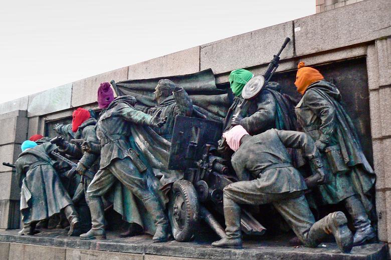 pussy riot mascaras monumento