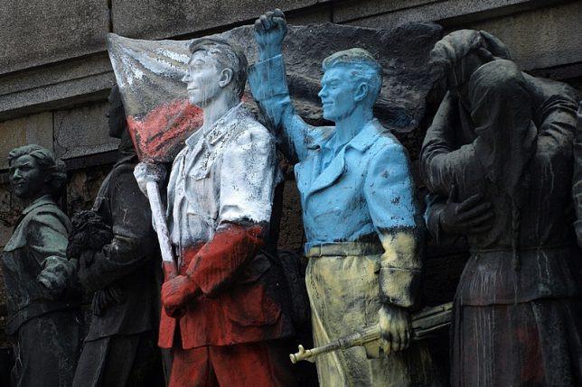 ucrania polonia monumento grafitti