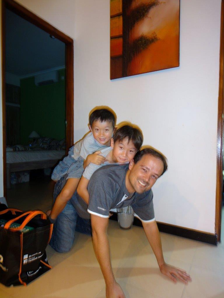 Tiago com os filhos.jpg