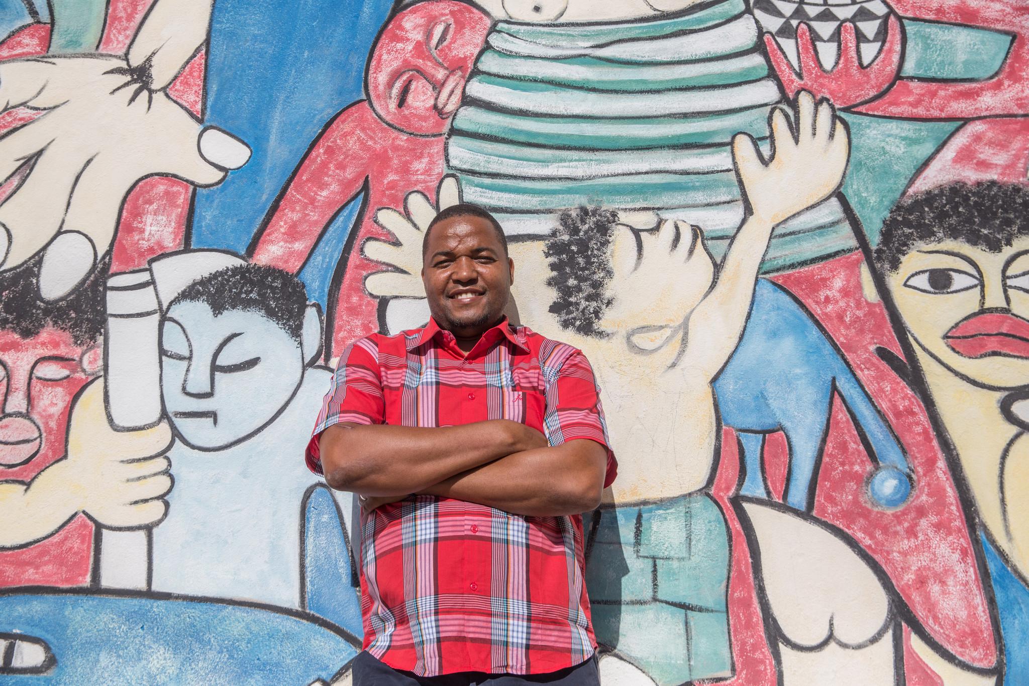 MOÇAMBIQUE Issufo no mural do artista Malangatana 2.jpg