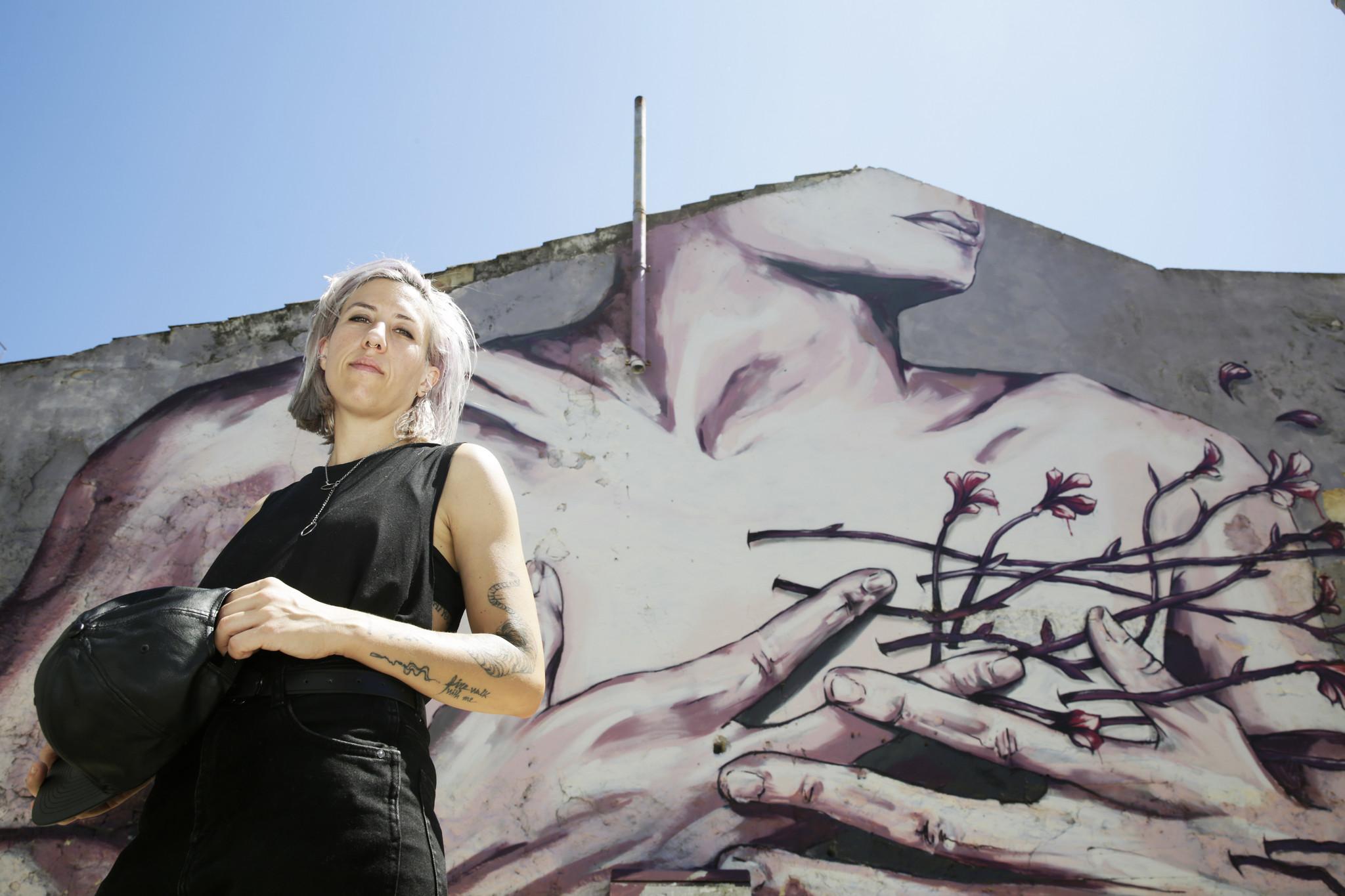 Street art no feminino: Elas sobem aos andaimes e desfazem ideias feitas