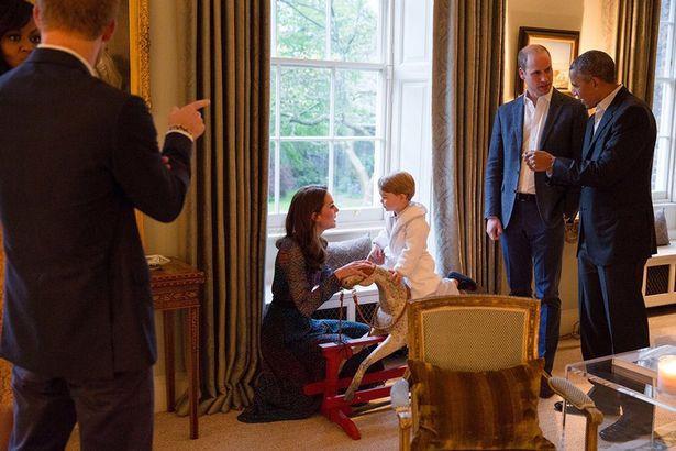 Príncipe George recebe Barack Obama de pijama e roupão