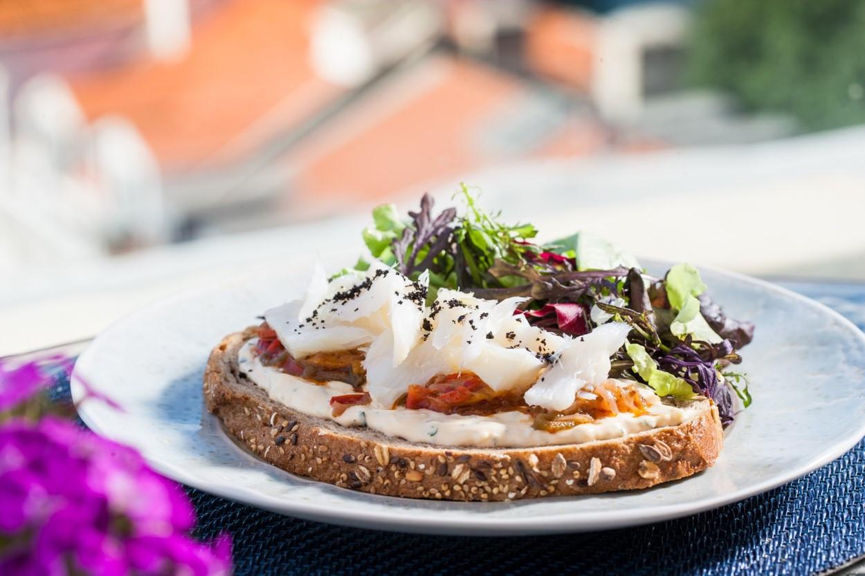 Terraço BA Rossio - Lascas de bacalhau, maionese de ovo e pimentos assados em pão.jpg